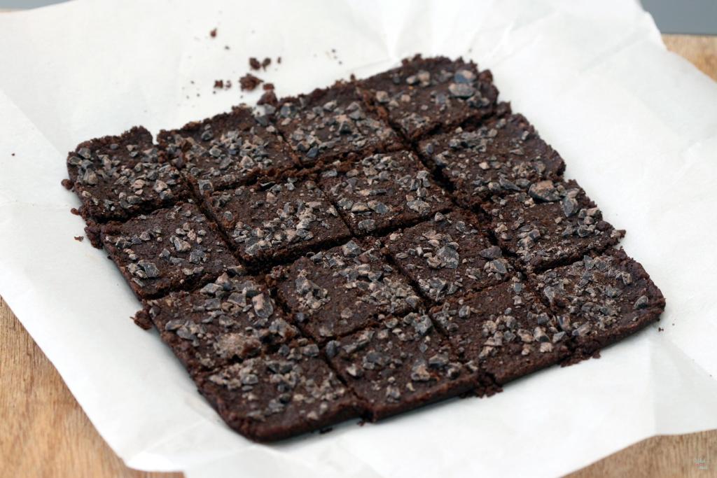 Chocolate Maca Brownie Bites (no bake)
